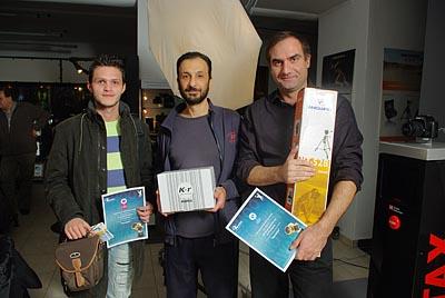 Οι 3 πρώτοι νικητές κρατώντας τα βραβεία. Απο αριστερά προς τα δεξιά: Παράσχος Ιωάννης (3ο βραβείο), Τάσος Σχίζας (εκ μέρους του κ.Ρηγούτσου Γιώργου, 1ο βραβείο) και Μπλάγκας Κωνσταντίνος (2ο βραβείο)