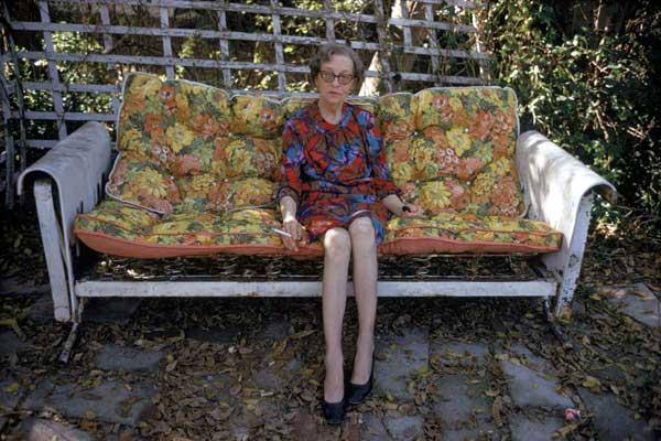 αυλή, παλιός καναπές, ηλικιωμένη γυναίκα που καπνίζει -- φωτογραφία: William Eggleston