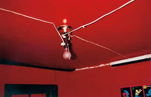 κόκκινοι τοίχοι, ταβάνι, λάμπα -- φωτογραφία: William Eggleston