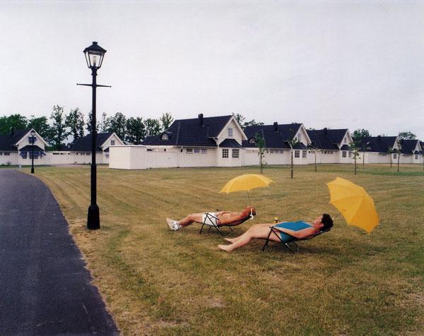 άνδρας, γυναίκα, ξαπλώστρες, δρόμος, σπίτια -- φωτογραφία:Lars Tunbjörk