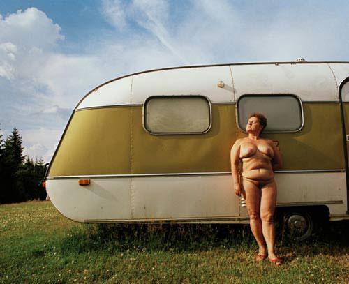 γυναίκα, γυμνή, τροχόσπιτο -- φωτογραφία: Lars Tunbjörk