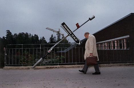 άνδρας, πινακίδες, δρόμος -- φωτογραφία: Lars Tunbjörk