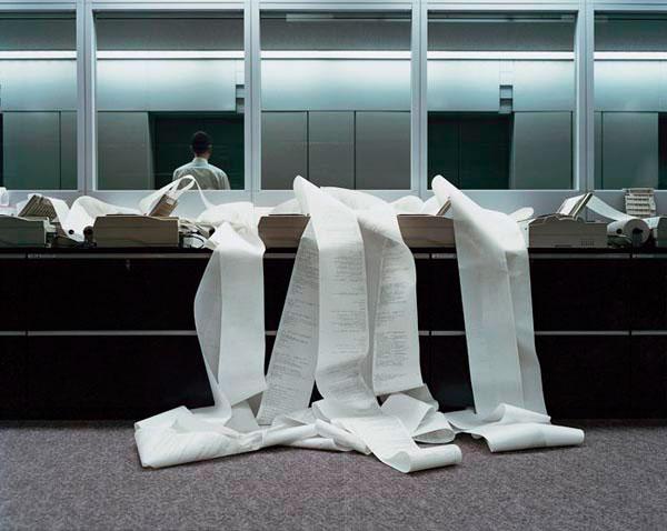 γραφείο, χαρτιά -- φωτογραφία: Lars Tunbjörk