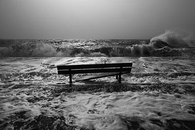 ασπρόμαυρη φωτογραφία, παγκάκι, θάλασσα, κύματα