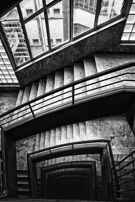 ασπρόμαυρη φωτογραφία, σκάλες, παράθυρα, κτήριο