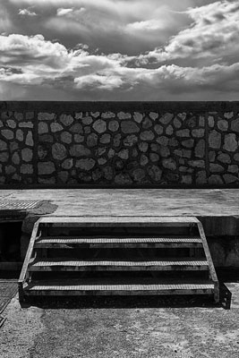 ασπρόμαυρη φωτογραφία, σκάλα, σύννεφα, τοίχος, ορίζοντας