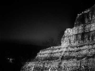 απρόμαυρη φωτογραφία απο την πλευρά ενός βουνού