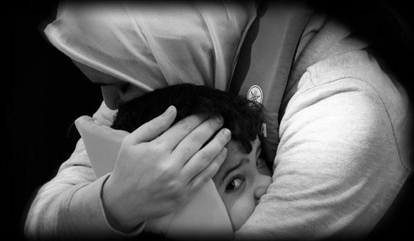 γυναίκα πρόσφυγας αγγαλιάζει το παιδί της