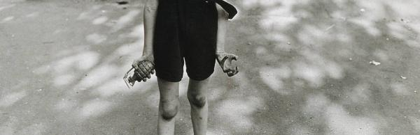 Παιδί με χειροβομβίδα παιχνίδι στο χέρι