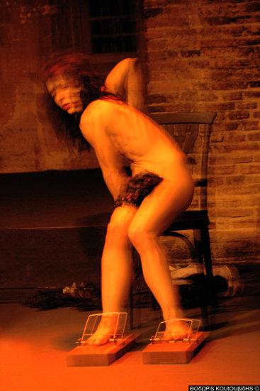 γυναικείο γυμνό σώμα σε κίνηση