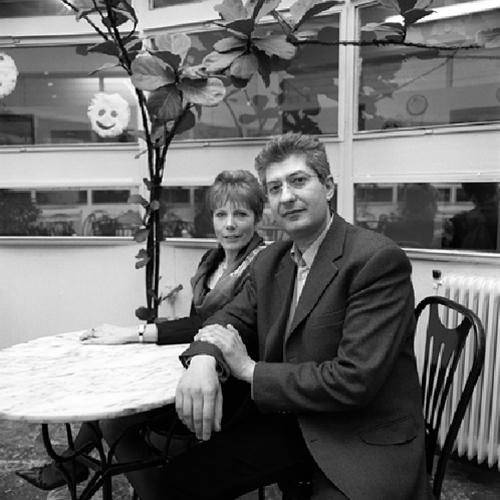 ζευγάρι ποζάρει καθισμένο σε κάποιο καφέ
