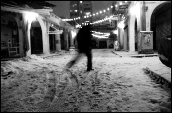 σκιά άντρα στα στενά της αγοράς της Θεσσαλονίκης