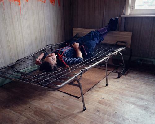 παιδί ξαπλωμένο σε κρεβάτι χωρίς στρώμα