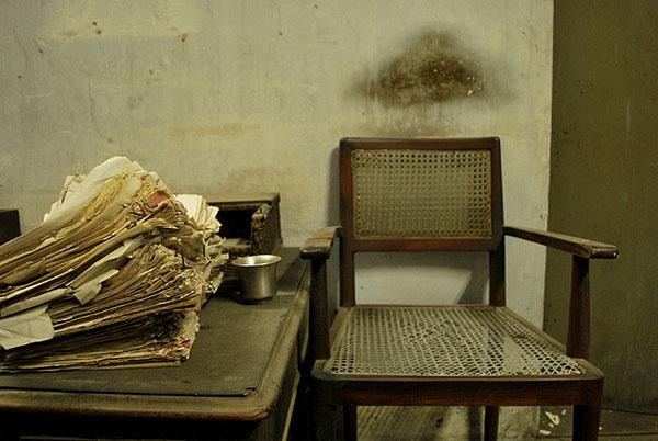 εσωτερικός χώρος εγκαταλελειμμένου κτηρίου, καρέκλα, χαρτιά