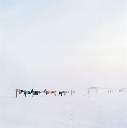 απλωμένα ρούχα σε χιονισμένο τοπίο
