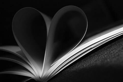σελίδες βιβλίου γυρισμένες με τρόπο ώστε να σχηματίζουν καρδιά