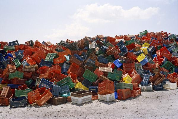 πεταμένα πλαστικά τελάρα