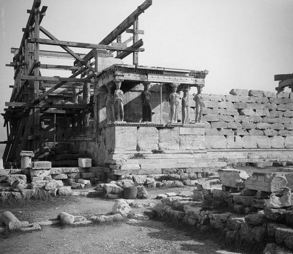 Érechthéion, portique des Caryatides en travaux, à Athènes P