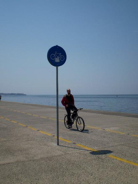ποδηλάτης στη παραλία