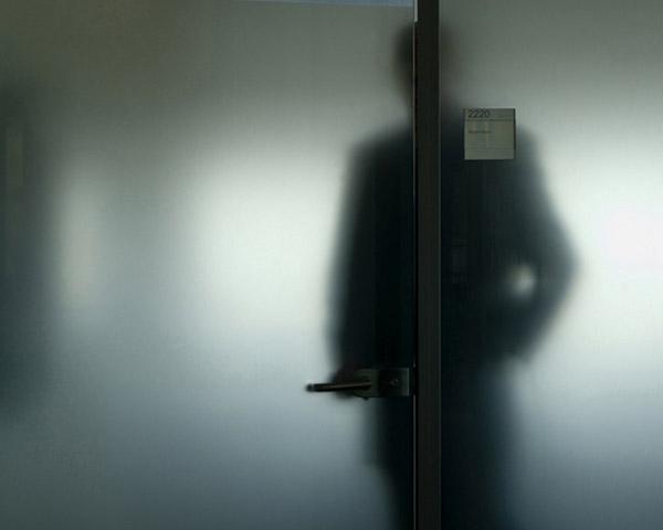σκιά άνδρα πίσω από πόρτα