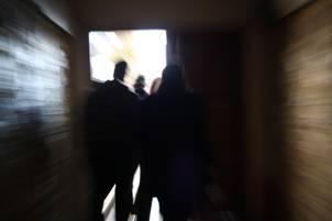 άνθρωποι κινούνται προς μία πόρτα