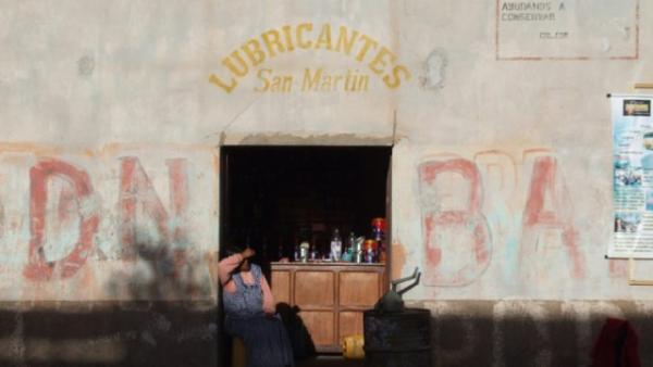 γυναίκα ακουμπάε στην πόρτα ενός μαγαζιού