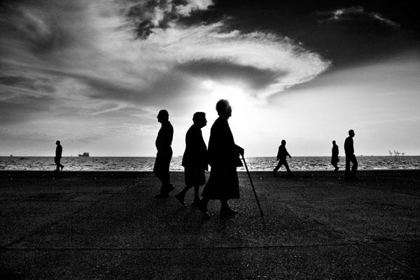σκιές γυναικών, παραλία Θεσσαλονίκης
