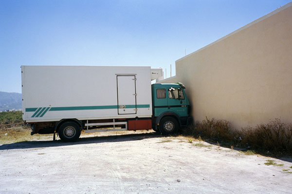φορτηγό ακουμπάει σε τοίχο