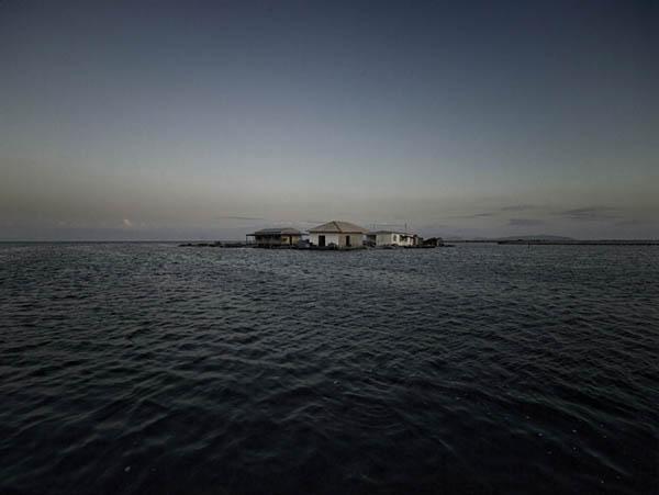 σπίτια περιτριγυρισμένα από θάλασσα