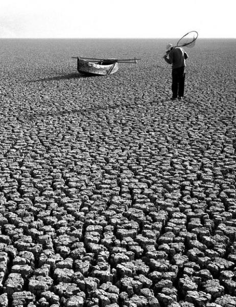 άνυδρο έδαφος, άντρας, βάρκα, Φωτογραφία: Τάκης Τλούπας
