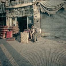 ηλικιωμένος άντρας με το εμπόρευμά του σε παλιό μαγαζί / 1o βραβείο 2007 Sirio Magnabosco