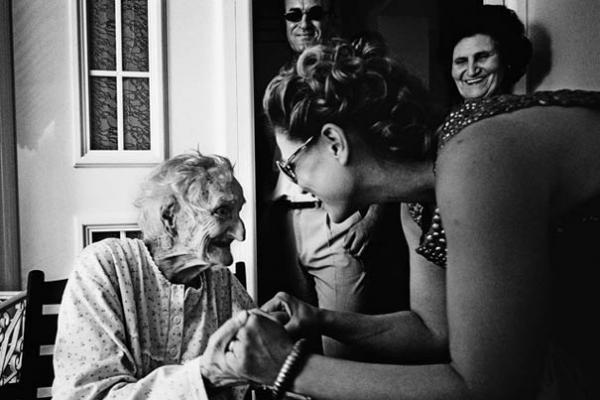 γυναίκα πιάνει τα χέρια ηλικιωμένης