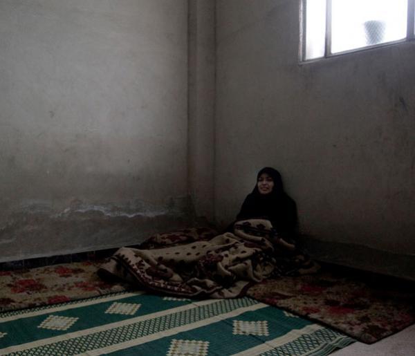 μουσουλμάνα ξαπλωμένη σε πάτωμα και σκεπασμένη με κουβέρτα