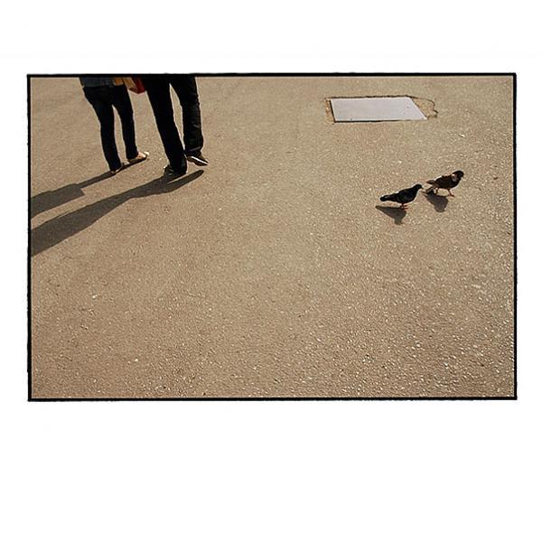 δύο ζευγάρια πόδια και δύο περιστέρια κινούνται προς αντίθετες πλευρές