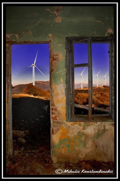 πόρτες και παράθυρα εκαταλελειμμένου κτηριου, ανεμογεννήτριες