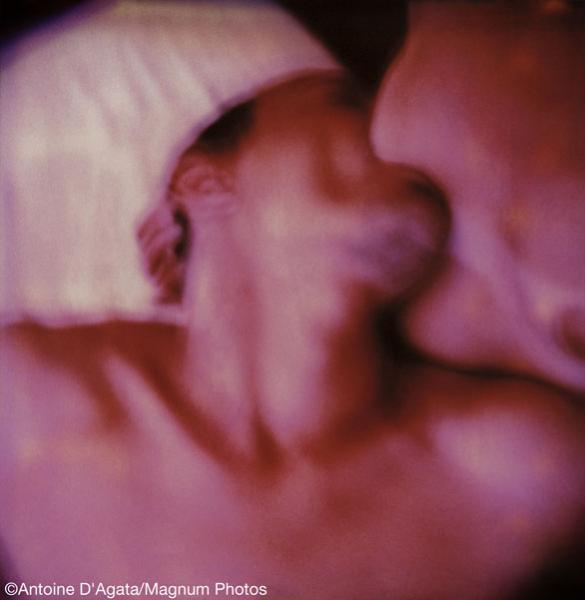 άντρας και γυναίκα φιλιούνται