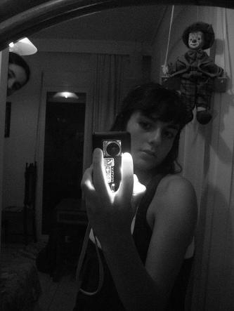 έφηβη βγάζει selfie με το κινητό της