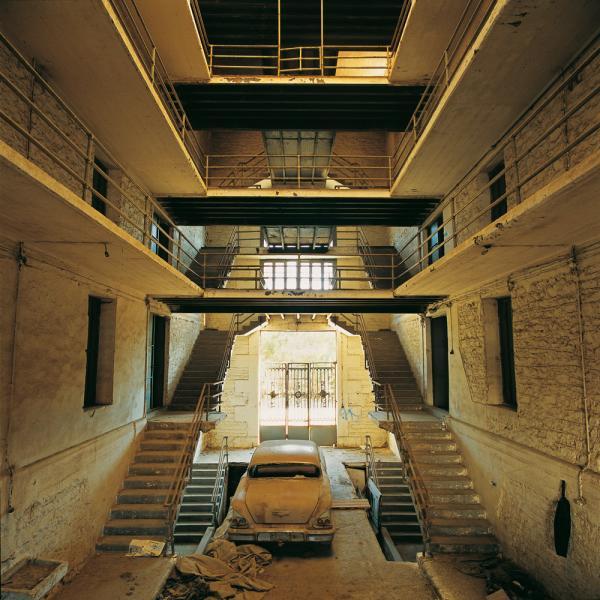 εσωτερικό εγκαταλελειμμένου κτηρίου, καπνομάγαζα