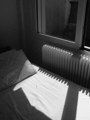 ασπρόμαυρη φωτογραφία, κρεβάτι, πράθυρο, καλοριφερ