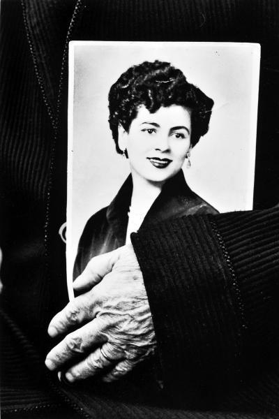 χέρι άνδρα κρατάει φωτογραφία γυναίκας