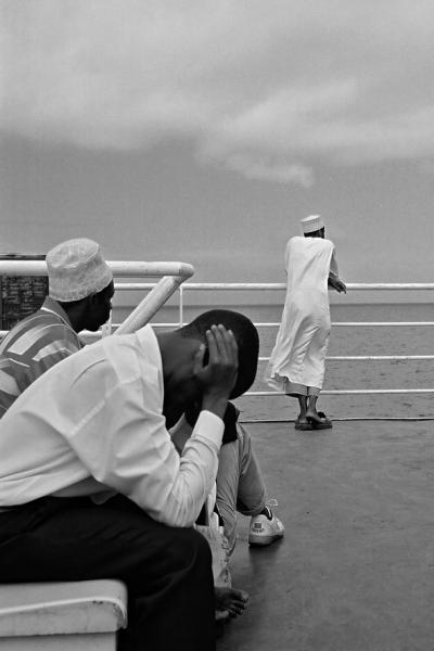 εγχρωμος άντρας σε κατάστρωμα πλοίου πιάνει το κεφάλι του