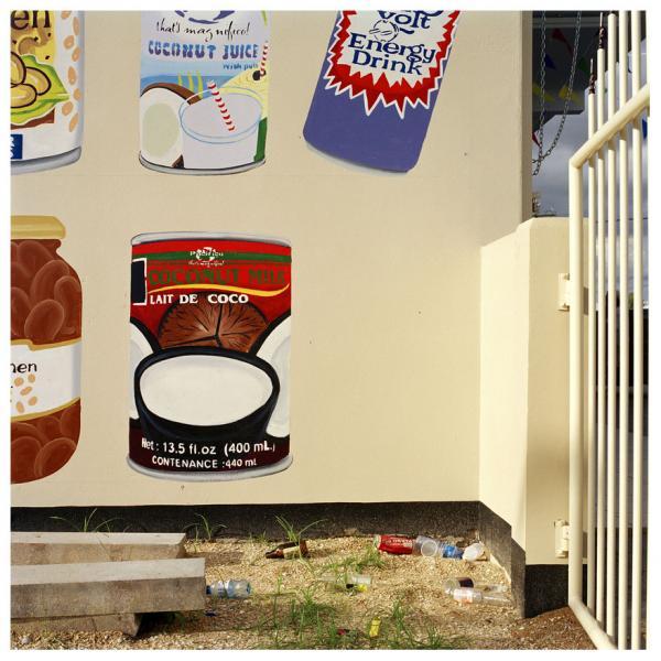 τοίχος προαύλιου χώρου με αφίσες