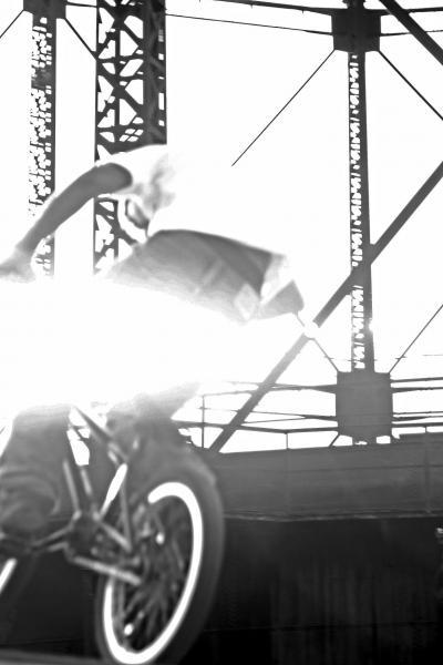 έφηβος πάνω σε ποδήλατο