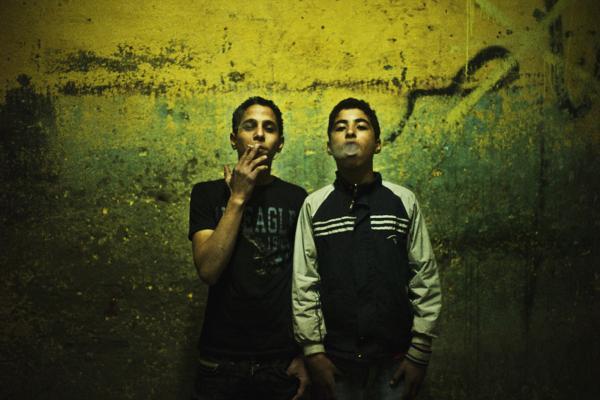 έφηβοι μουσουλμάνοι καπνίζουν