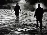 άντρες περπατάνε αντικριστά σε χιονισμένο δρόμο