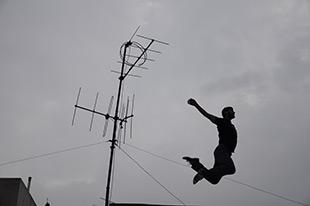 άντρας πηδάει στον αέρα, κεραία τηλεόρασης