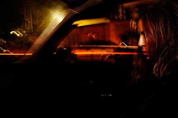 γυναίκα σε αυτοκίνητο, νυχτερινή φωτογραφία