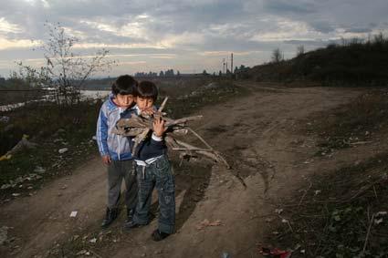 δύο παιδιά έχουν στην αγκαλιά τους ξύλα
