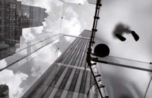 ασπρόμαυρη φωτογραφία, άποψη κτηρίων από χαμηλά, αντανάκλαση ανθρώπινος ποδιών