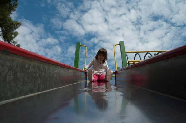 φωτογραφία: Ανδρέας Κατσάκος / μικρό κορίτσι πάνω σε τσουλήθρα